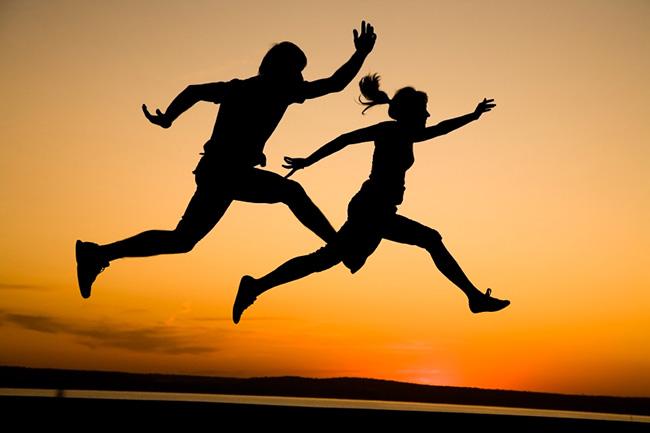 L'attività fisica aerobica stimola le cellule a produrre più mitocondri e più enzimi antiossidanti, rendendo il corpo più resistente alle infezioni, agli inquinanti, alle radiazioni, agli stress, alle allergie, etc.